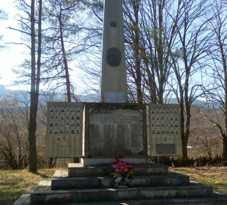 с. Тубы Апшеронского р-на. Памятник по улице Клубной 25, установленный на братской могиле советских воинов погибших в годы войны.