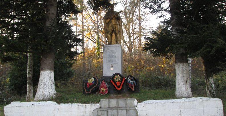 г. Хадыженск Апшеронского р-на. Памятник по улице Германенко, установленный на братской могиле советских воинов, погибших в годы войны.