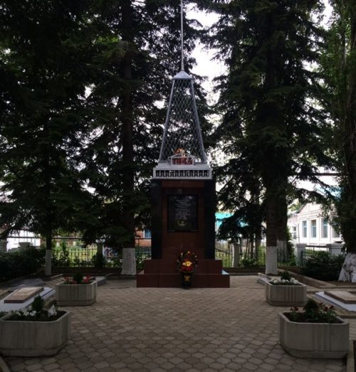 г. Хадыженск Апшеронского р-на. Памятник по улице Кирова 138-а, установленный на братской могиле советских воинов.