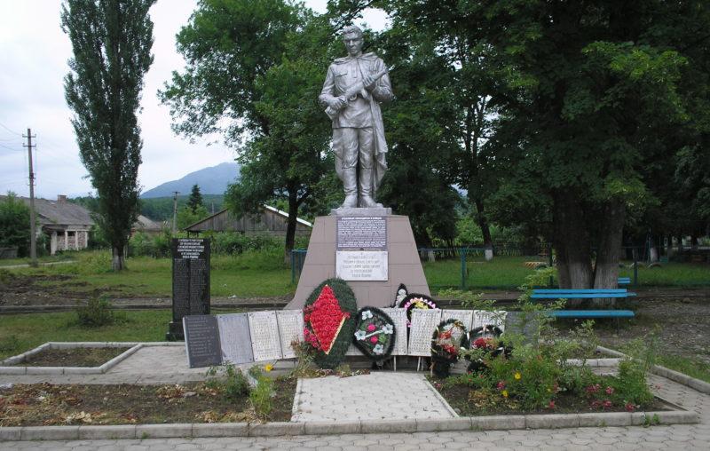 с. Черниговское Апшеронского р-на. Памятник по улице Комсомольской 1, установленный на братской могиле советских воинов погибших в годы войны.