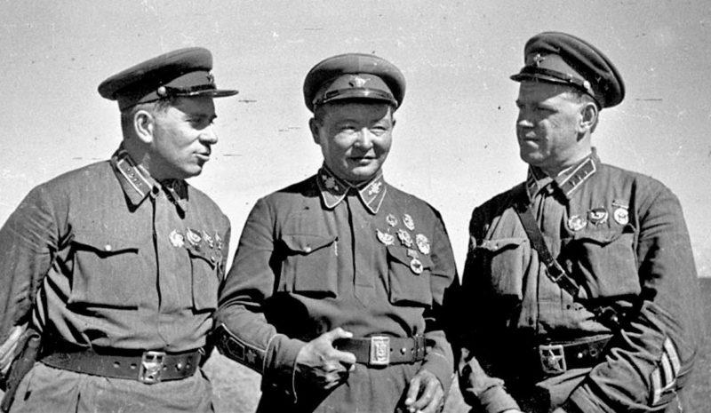 Командарм 2-го ранга Г. М. Штерн, маршал Монгольской Народной Республики Х. Чойбалсан и командир корпуса Г. К. Жуков на командном пункте Хамар-Дабан. 1939 г.