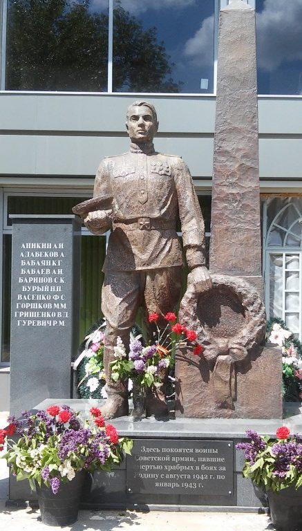 г. Армавир. Памятник у железнодорожной станции, установленный на братской могиле советских воинов.