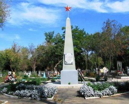 г. Армавир. Памятник на кладбище на юго-восточной окраине города, установленный на братской могиле советских воинов.