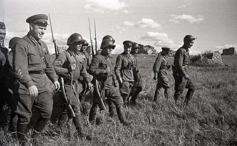 Жуков с красноармейцами. 1939 г.