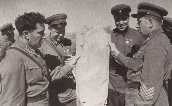 Командующий авиацией Я. Смушкевич демонстрирует командному составу 1-й АГ кусок обшивки сбитого японского самолета. 1939 г.