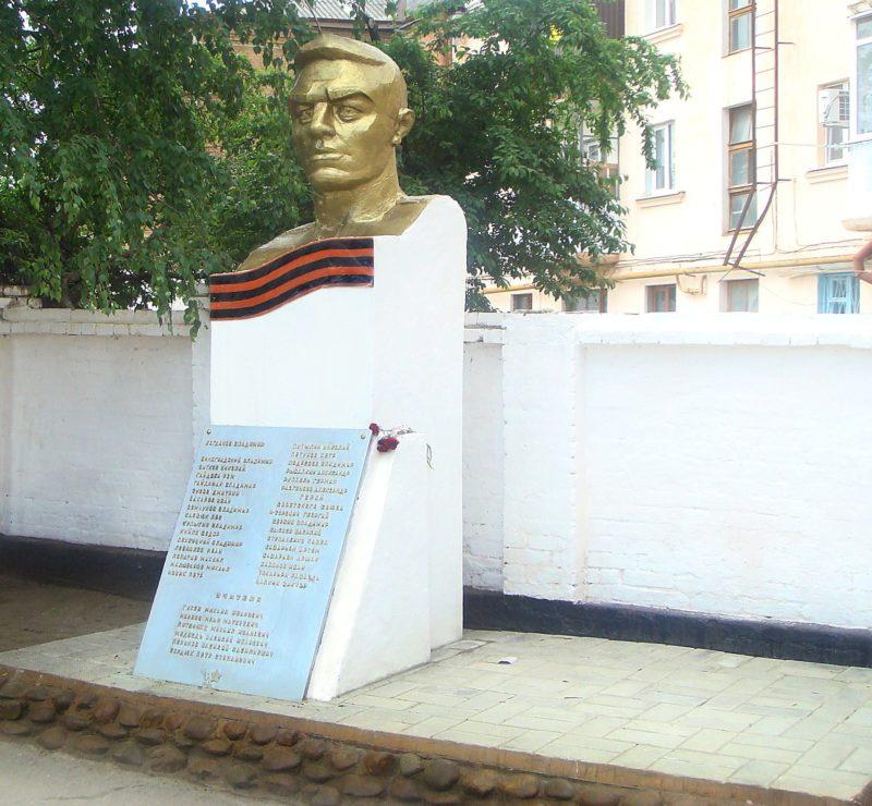 г. Армавир. Памятник у средней школы №8, установленный учителям и учащимся, погибшим в годы войны.