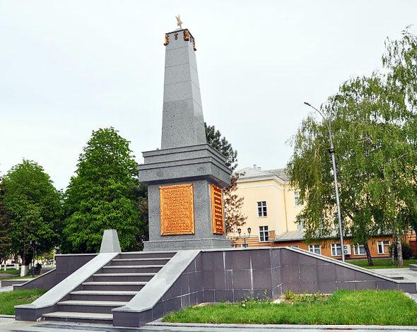 г. Армавир. Памятник в парке «30-летия Победы», установленный на братской могиле партизан.