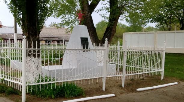 х. Красная Поляна городского округа Армавир. Памятник по улице Баррикадной 67, установленный на братской могиле советских воинов.