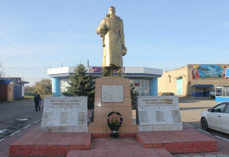 ст-ца. Старая Станица городского округа Армавир. Памятник, установленный на братской могиле, в которой похоронено 5 советских воинов.