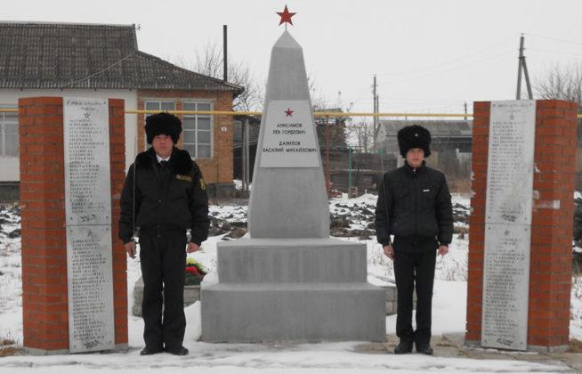 ст-ца Крупская Выселковского р-на. Памятник по улице Ленина, установленный на братской могиле советских летчиков.