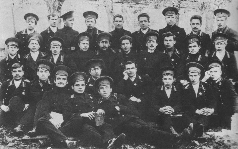 Василевский (в первом ряду второй слева) среди учащихся Костромской духовной семинарии.1914 г.