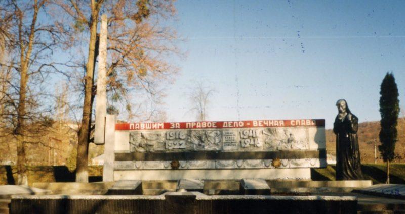 ст-ца. Ахметовская Лабинского р-на. Мемориал, установленный на братской могиле, в которой похоронен 41 партизан и 53 советских воинов, погибших в годы войны.