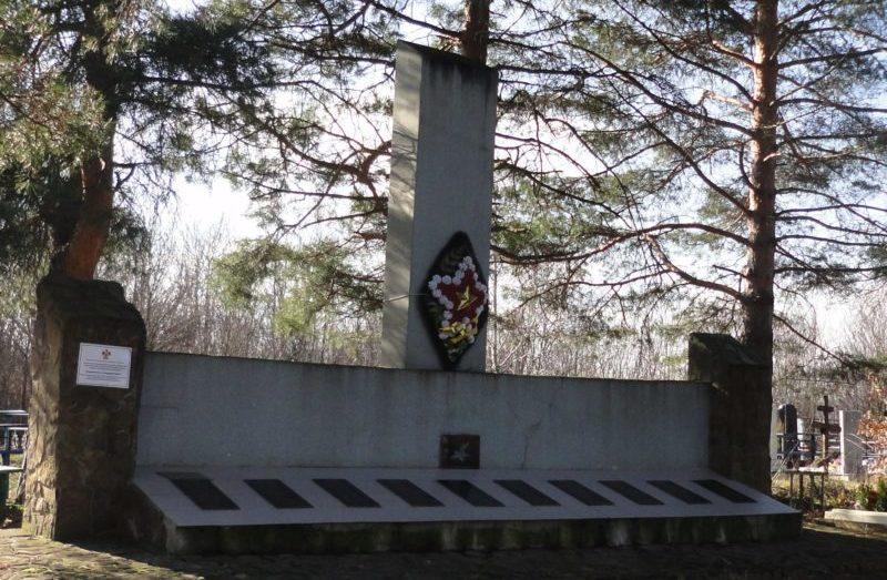 ст-ца. Азовская, Северского р-на. Памятник, установленный на братской могиле, в которой похоронено 65 советских воинов.