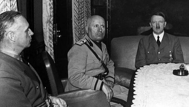 Риббентроп, Муссолини и Гитлер во время переговоров.