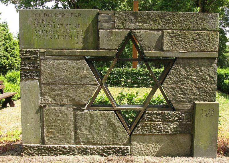Плауэн, Кладбище №1 - Памятный камень памяти жертв погромной ночи.