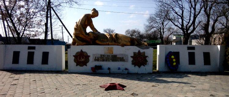 п. им. М. Горького Кавказского р-на. Памятник землякам, установленный по улице Ленина 53а.