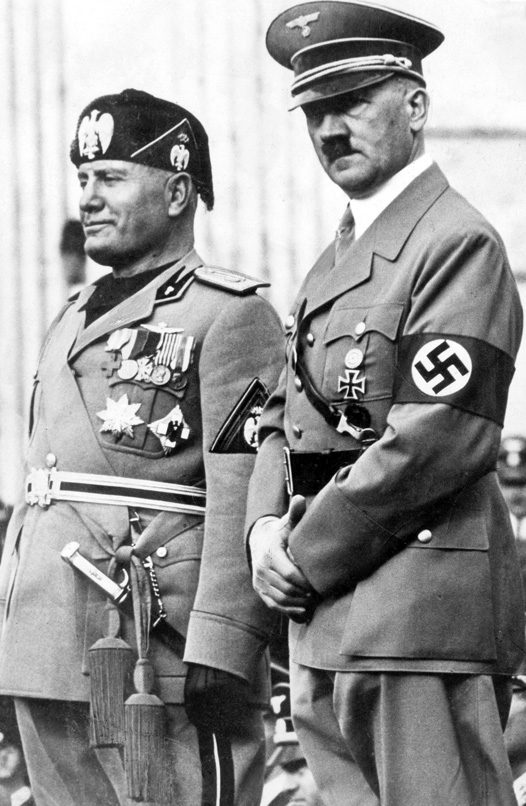 Бенито Муссолини и Адольф Гитлер.