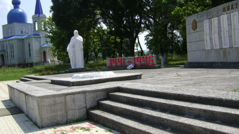 ст-ца. Владимирская Лабинского р-на. Памятник «Скорбящая мать» по улице Телефонной, установленный на братской могиле, в которой похоронено 60 советских воинов.