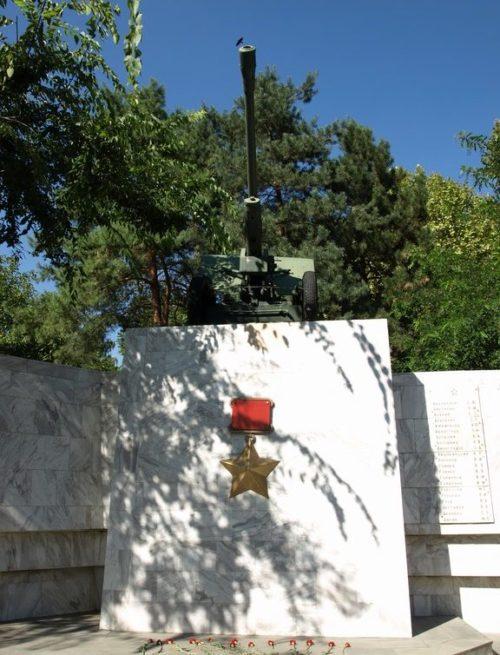 Центральная часть мемориала с 76-мм пушкой ЗИС-3.