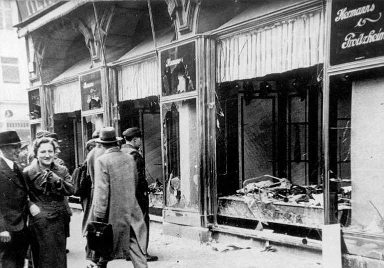 Разбитые витрины во время погромов.