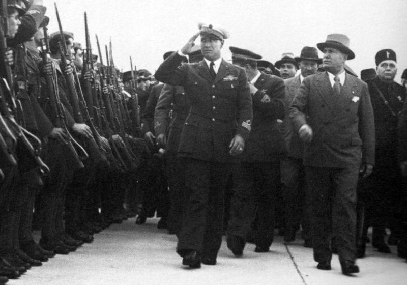 Галеаццо Чиано и Бенито Муссолини осматривают войска, вернувшиеся из итальянской Восточной Африки- Бриндизи. 17 мая 1936 года.