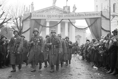Солдаты литовской армии на параде в Вильнюсе. Соборная площадь, 1939 г.