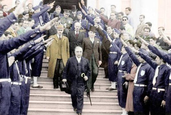 Члены EON приветствуют Иоанниса Метаксаса у здания парламента.