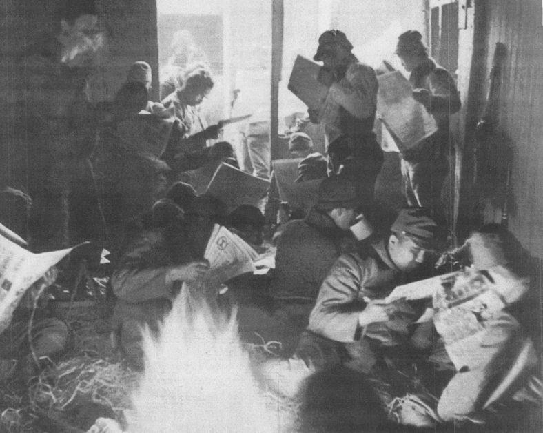 Японские солдаты читают газеты в перерыве между боями в Нанкине. Фото японской пропаганды.