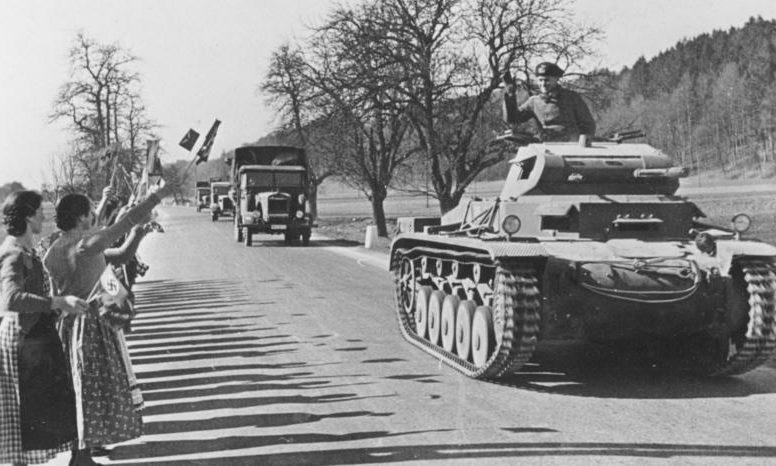 Жители Австрии встречают германские войска.