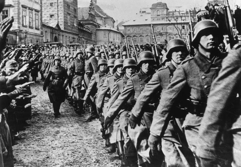 Солдаты Вермахта на улице Праги. 15 марта 1939 г.