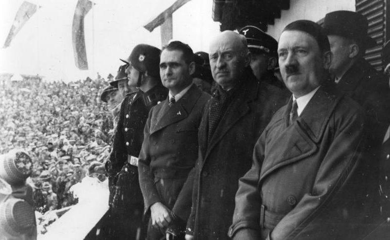 Церемония открытия с Рудольфом Гессом, президентом МОК графом Анри де Байе-Латуром и Адольфом Гитлером.