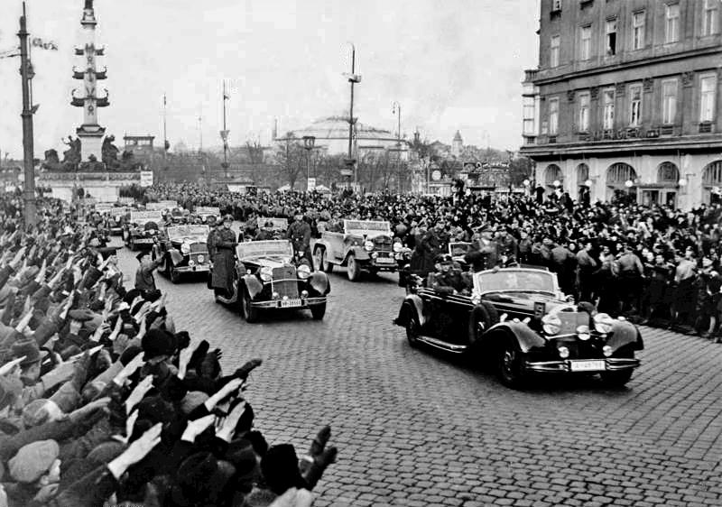 Жители Вены приветствуют Адольфа Гитлера. 13 марта 1938 г.