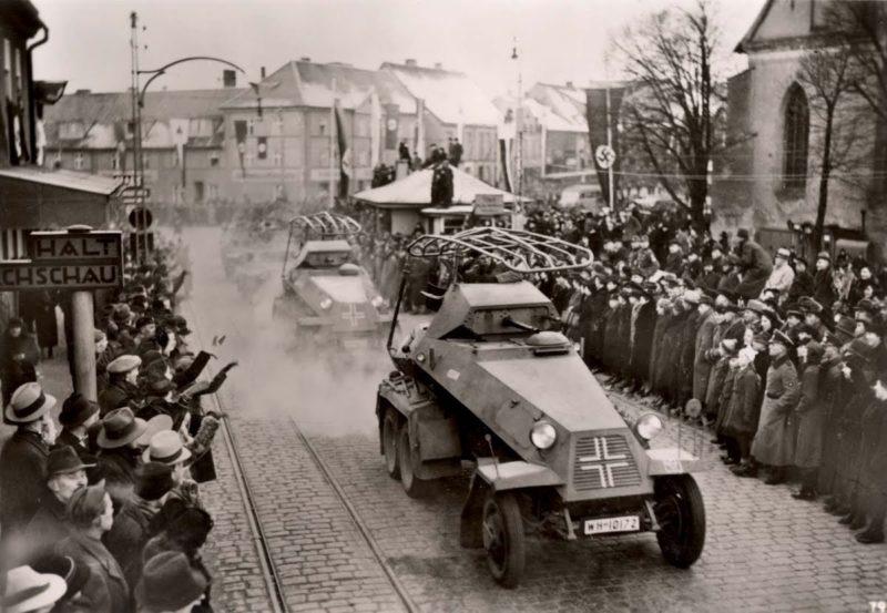 Население Клайпеды встречает немецкие войска.