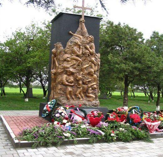 с. Белая Глина. Памятник «Крик», установлен на братской могиле, в которой захоронено более 3 тысяч советских воинов и мирных жителей, погибших в боях и казненных немецкими захватчиками.