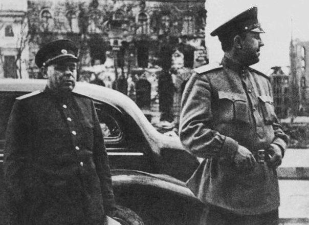 В. С. Абакумов (справа) в одном из городов Германии. 1945 г.