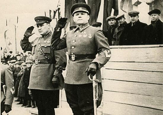 Командующий 1-й Краснознаменной армией на Дальнем Востоке генерал-лейтенант А.И. Еременко и член Военного совета армии дивизионный комиссар А.А. Романенко. Уссурийск, 1 мая 1941 г.