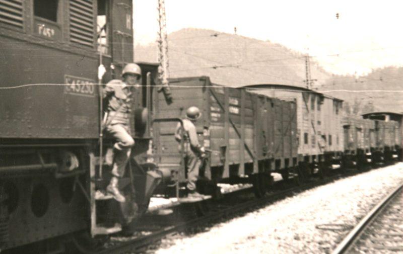 Американские солдаты охраняют венгерский «Золотой» поезд в Верфене. Австрия, май 1945 г.