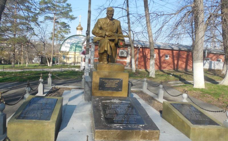 п. Верхнебаканский, Новороссийск. Памятник, установленный на братской могиле советских воинов. Здесь же похоронен Герой Советского Союза У.М. Аветисян.