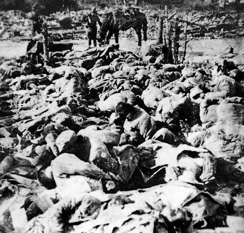 Тела убитых китайцев.