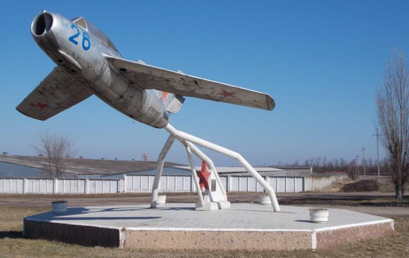 ст-ца. Дмитриевская Кавказского р-на. Самолет-памятник воинам 4-й Воздушной Армии.