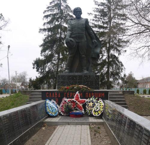 с. Кулешовка Белоглинского р-на. Памятник советским воинам по улице Мира 157а.