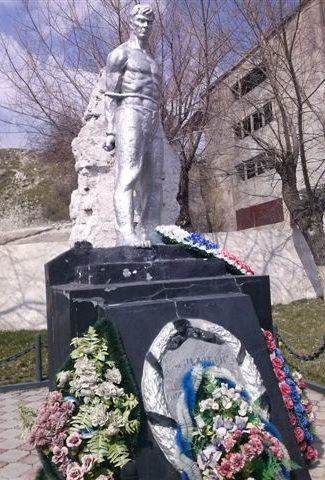 п. Верхнебаканский, Новороссийск. Памятник жертвам фашизма, установленный на цементном заводе «Первомайский».
