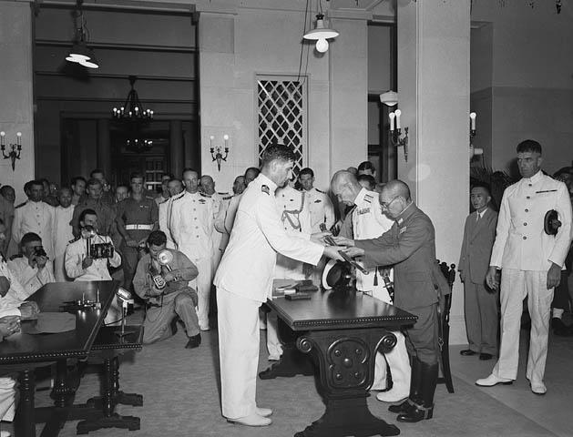 Капитуляция японцев в Гонконге. Генерал-майор Окада сдает свой меч победителям. 1945 г.