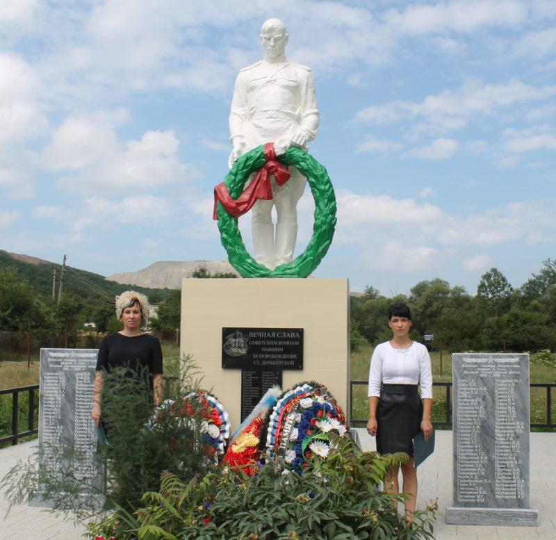ст-ца. Дербентская Северского р-на. Памятник, установленный на братской могиле, в которой похоронено 53 советских воина.