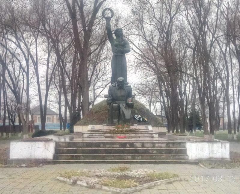 ст-ца. Новолокинская Белоглинского р-на. Памятник по улице Красной, установленный на братской могиле воинов, погибших в годы войны.