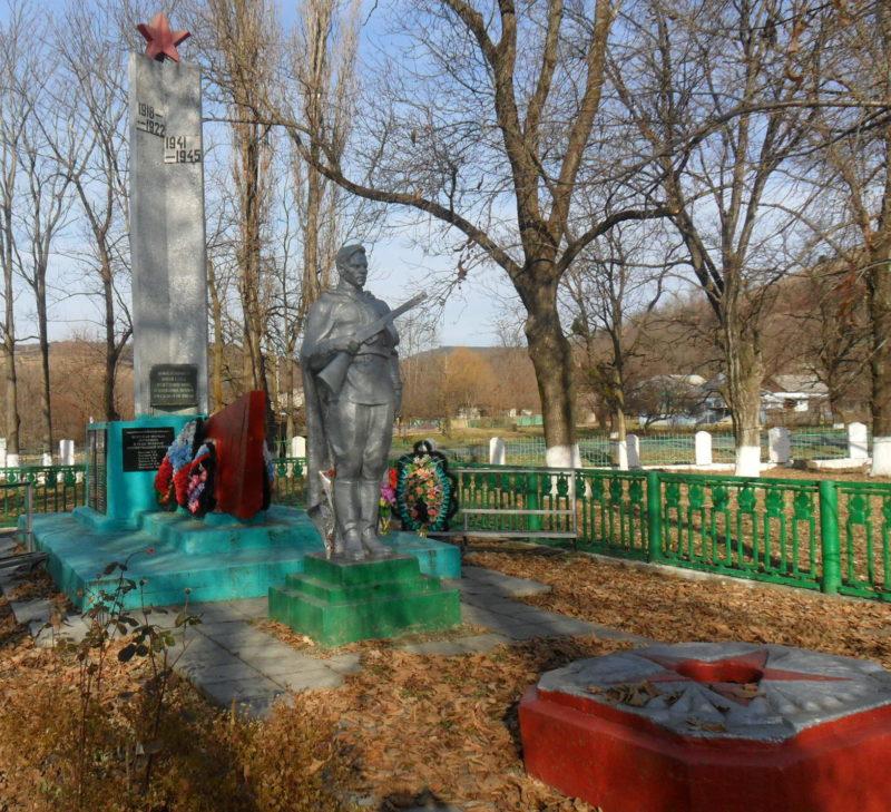 ст-ца. Каладжинская Лабинского р-на. Памятник по улице Мира 11б, установленный на братской могиле красноармейцев и партизан.