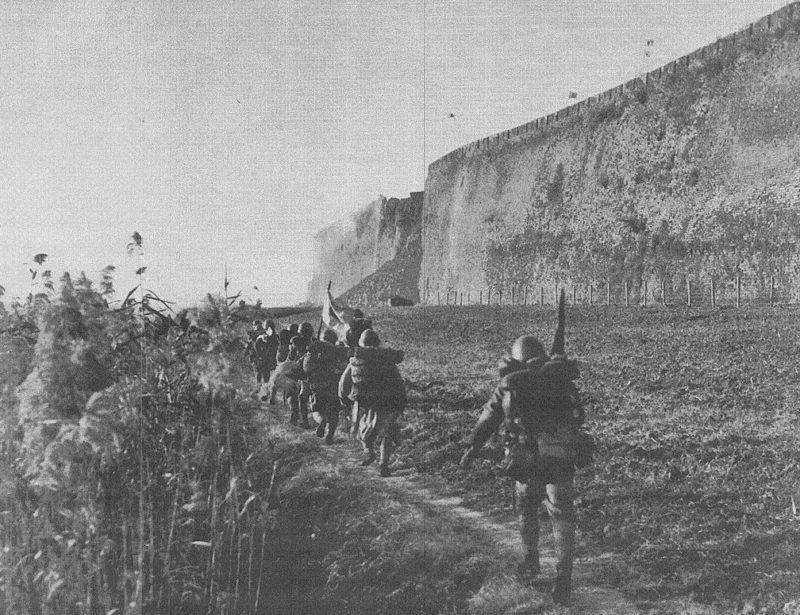 Японские солдаты у городской стены Нанкина.