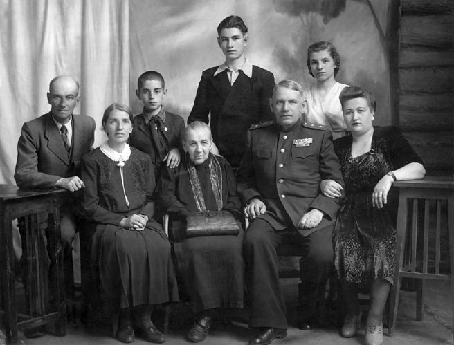 Гаген с матерью, женой и семьёй сестры Зои. Сенгилей, 1950 г.