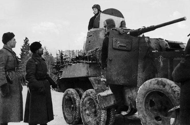 Полковник Катуков беседует с командиром экипажа бронеавтомобиля БА-10. 1941 г.