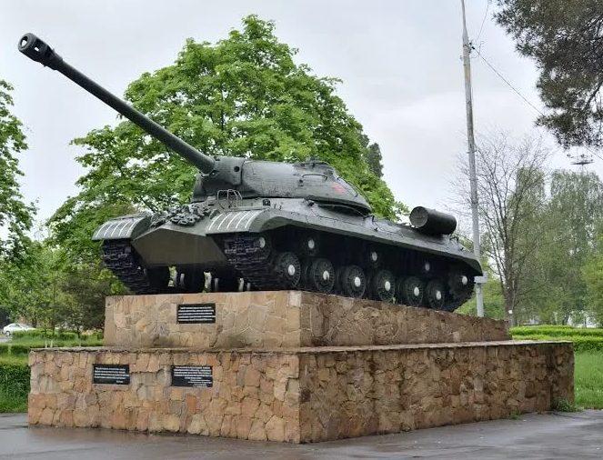 г. Лабинск. Танк-памятник ИС, установленный в честь лабинцев, внесших вклад в строительство танковой колонны «Лабинский колхозник».